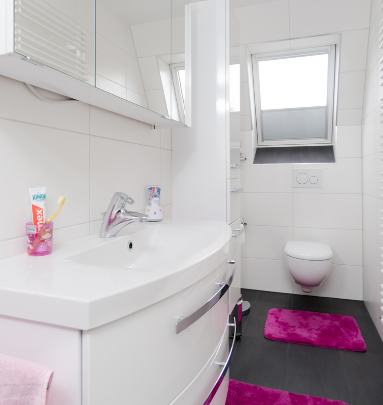 Toilette und Waschbecken mit pinker Deko