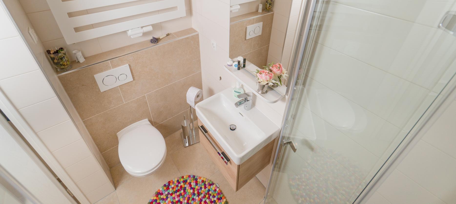 Kleines Badezimmer mit gläserner Duschkabine