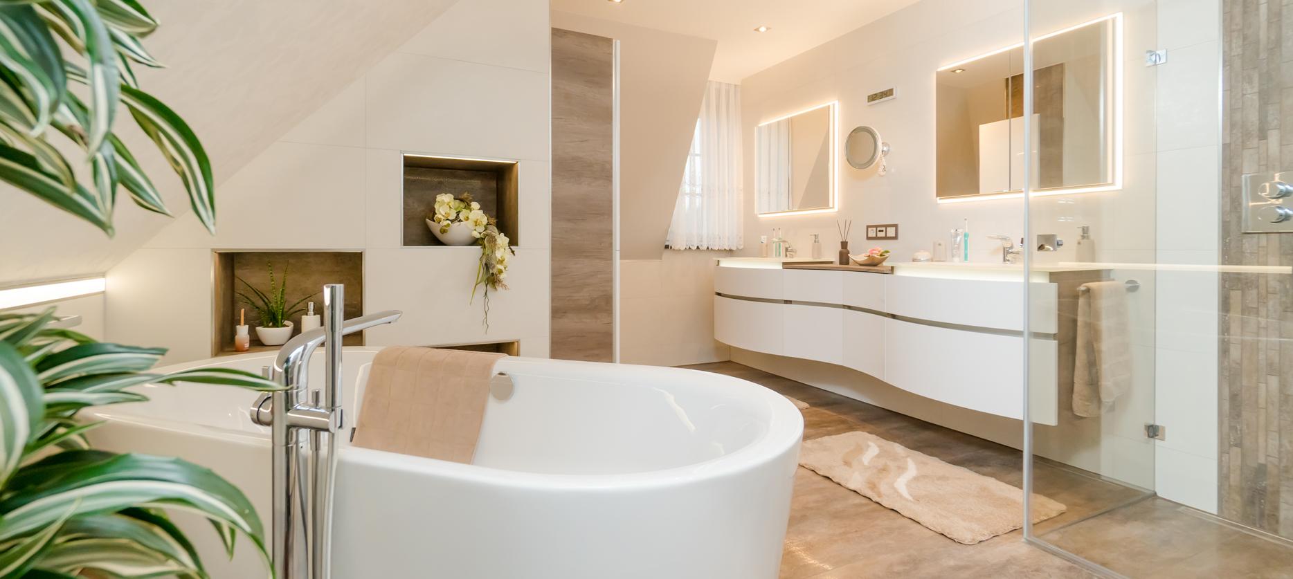 Badezimmer mit indirekter Beleuchtung, Pflanzen und viel Holz