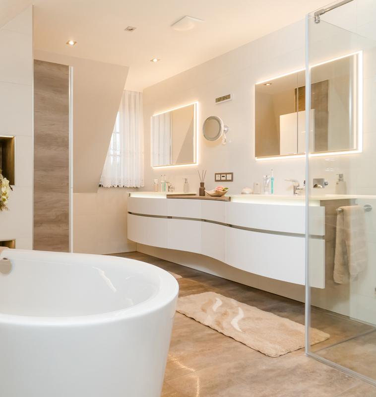 Zwei große Waschbecken mit Vorbau und Komplettausstattung