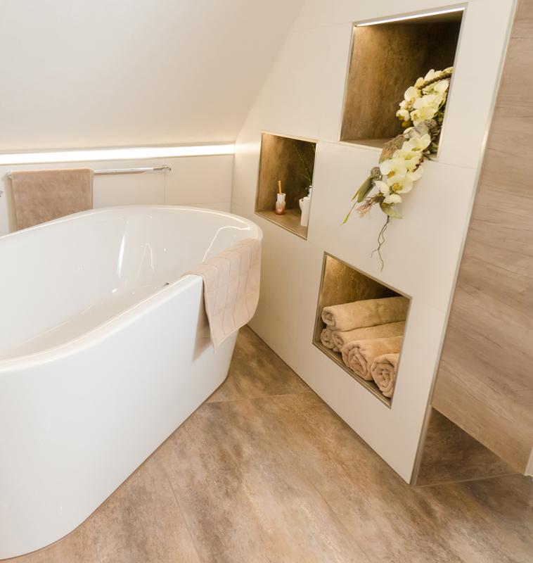 Freistehende Badewanne mit integrierten Fächern in der Wand
