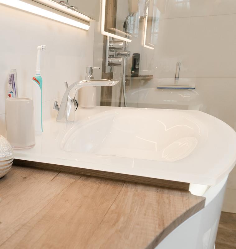Modernes Waschbecken mit Blick in die Dusche