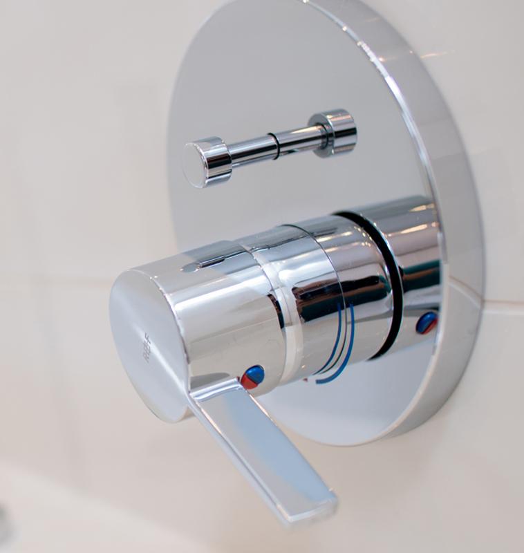 Neue, moderne Badewannenarmatur von Glesiener Haustechnik